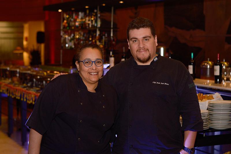 Khaira Mehiyddine, chef marroquí afincada en Buenos Aires junto a Juan José Brítez, chef ejecutivo del Hotel Sheraton.