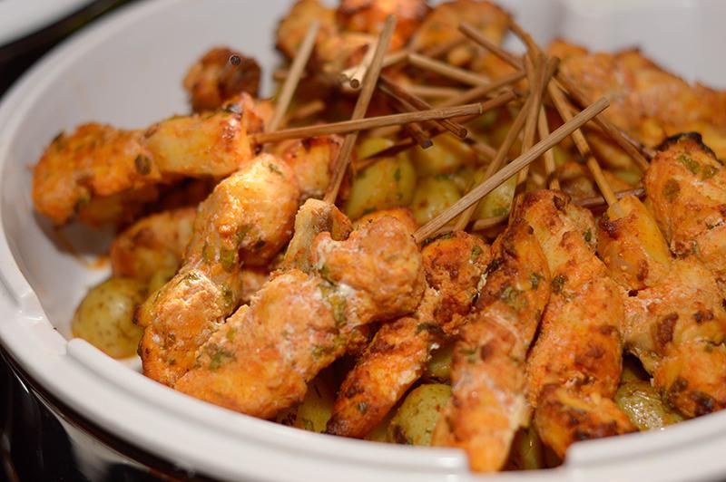 Pinchos de surubí cocinados al horno y con aderezo de cilantro, perejil, ajo, pimiento, comino y limón.