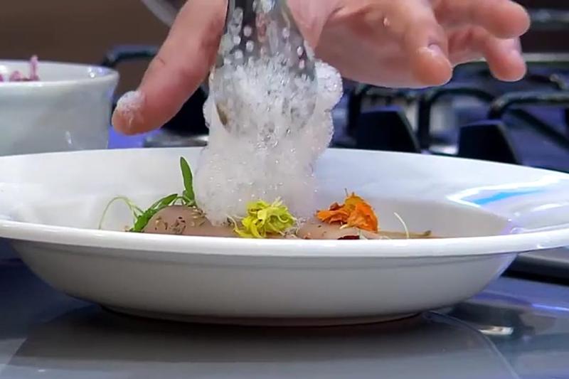 La espuma blanca que vemos es el limón que habitualmente solemos poner en el soyo. Se logra con una técnica de aireado utilizando emulsionantes.