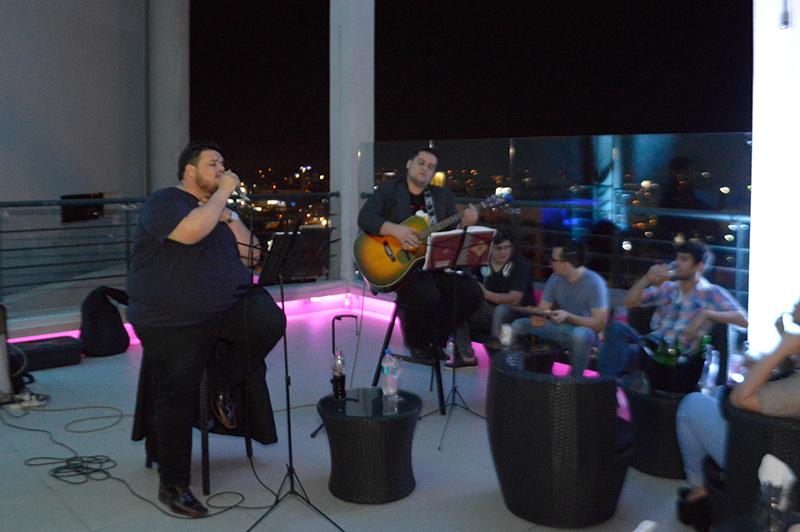 El cantante Héctor Candia vuelve a los conciertos en vivo en la terraza del Aloft. Este jueves de nuevo ofrecerá su variado repertorio musical.