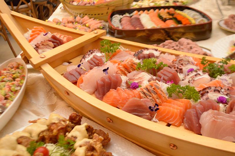 En el primer plano, una variedad de sashimis, de atún y salmón. Más allá nigiris y sushis. Había también muchos mariscos apanados y ensaladas diversas.