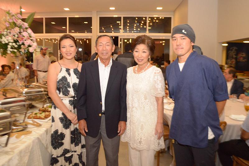En el medio Hiroo Oda y su señora, los fundadores del restaurante Hiroshima. A su derecha, Yumiko Oda, gerente del local y a la izquierda, Ahikido Oda, chef ejecutivo.