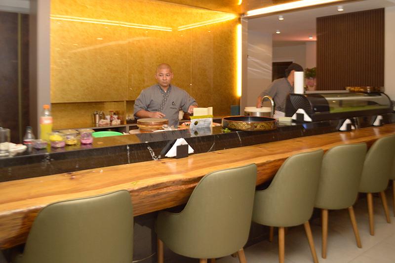 Una barra de sushi donde se puede degustar una producción en vivo está ubicada en la planta baja en el salon principal.