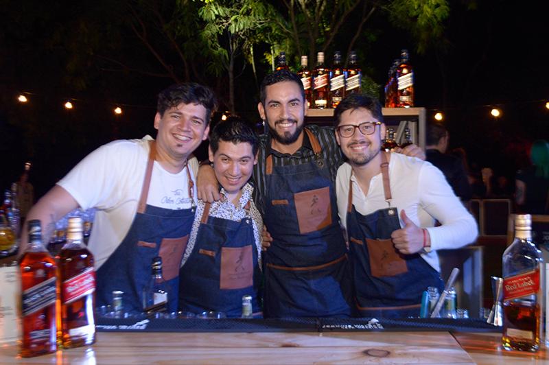 De izquierda a derecha: Giovanni Beron, uruguayo, Ever Portillo, César Ocampos, paraguayos y Adrián Guedes, uruguayo. Los bartenders que tuvieron a cargo la preparación de los tragos.