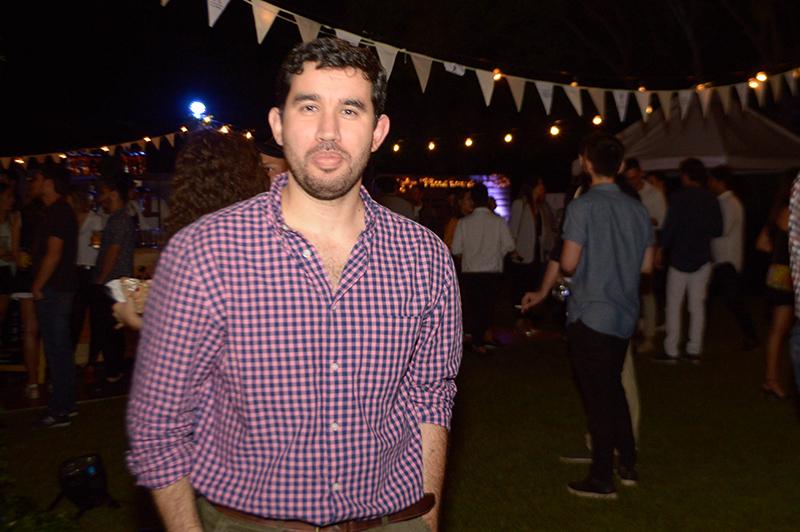 Carlos María Rodríguez, uno de los gerentes de Diageo, con el fondo de la fiesta que brindaron para presentar el nuevo trago de Jhonnie Walker.