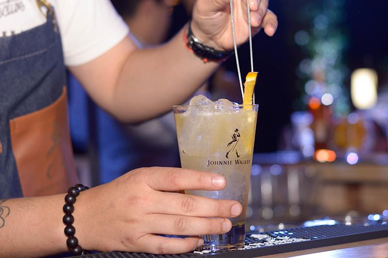 El Highball lleva una medida de whisky por cinco de ginger ale y una rodaja de limón. Así el Jhonnie Walker se convierte en un trago refrescante y delicioso.