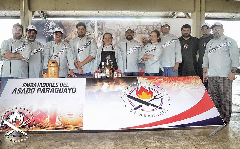 Representantes de la Asociación Paraguaya de Asadores durante una reunión donde informaron del viaje que realizan a la Argentina.