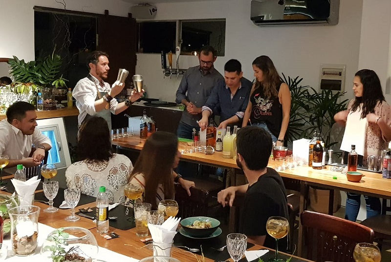 Alvaro Pereira, cocktail ambassador de Johnnie Walker, enseñando el uso de las cocteleras en un taller reallizado en Kitchen Lab.