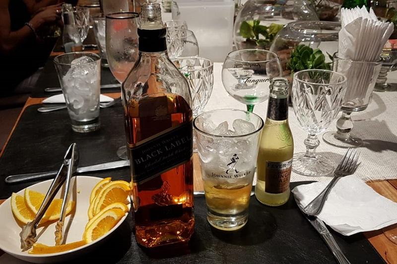 El Hihgball de Johnnie Walker. El vaso característico, abundante hielo, 1/5 de whisky y 4/5 partes de ginger ale. Aromatizado con rodaja de naranja.