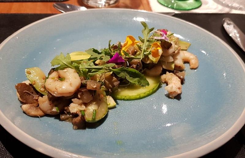 Uno de los platos que acompañaron a los tragos. Se trata de una ensalada fresca de camarones en leche de coco y cilantro.