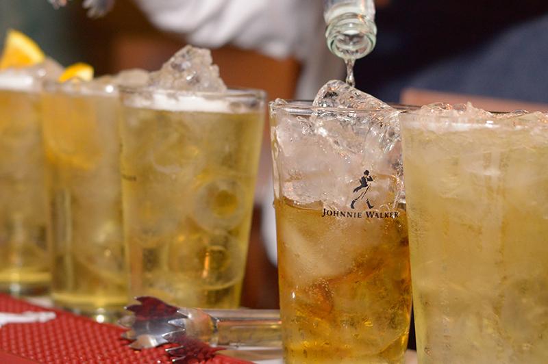 Johnnie Walker quiere romper algunos paradigmas. Uno de ellos es eso de que el whisky no se mezcla. Ahora está propiciando su consumo en combinación con bebidas refrescantes.