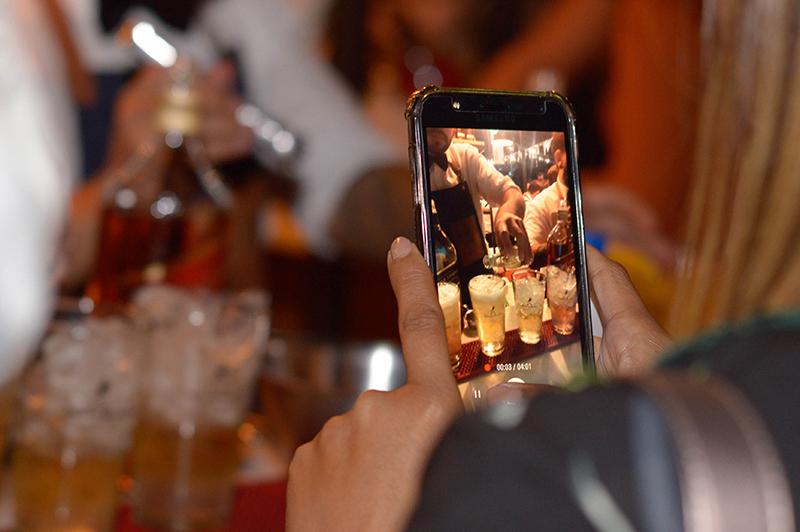 Johnnie Walker está tratando de llegar a más cantidad de público. El Black Label ya no trata de ser tan exclusivo. Además, considerado inicialmente como una bebida de invierno, ahora se lo consume en tragos refrescantes.