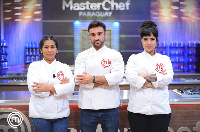 Nancy, Fernando y Vero luciendo sus chaquetas de cocineros y clasificados para disputar la final de MasterChef Paraguay, segunda temporada.