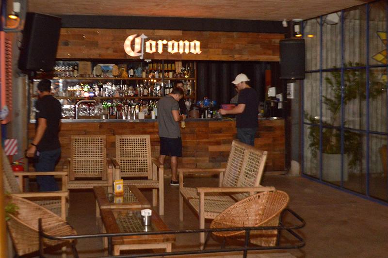 El bar dentro del salón principal. Nada hace pensar que gran parte de la estructura está fabricada con contenedores.