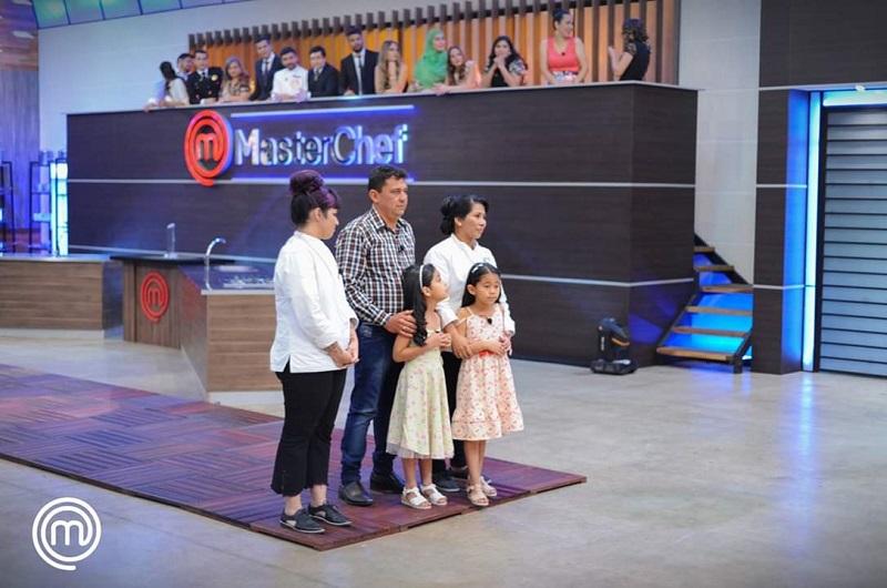 Las dos finalistas de MasterChef Paraguay, junto a la familia de Nancy.