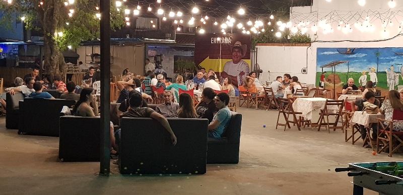 Un sector del espacio al aire libre que dispone la Parrillada paraguaya de Asado Benítez para atender a sus clientes. Se habilita de acuerdo a las condiciones del tiempo.