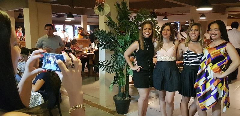 Las jóvenes también presentes en nuevo local gastronómico. Una propuesta que se hace extensiva a una gran gama de clientes.