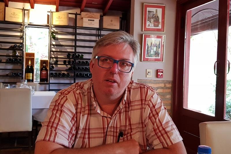 Oliver Gayet, presidente de la Asociación de Sommeliers del Paraguay, propietario del restaurante Le Sommelier, socio en la importadora de vinos Decanter, socio del local The Wine Bar. Es el máximo referente del vino en nuestro país.