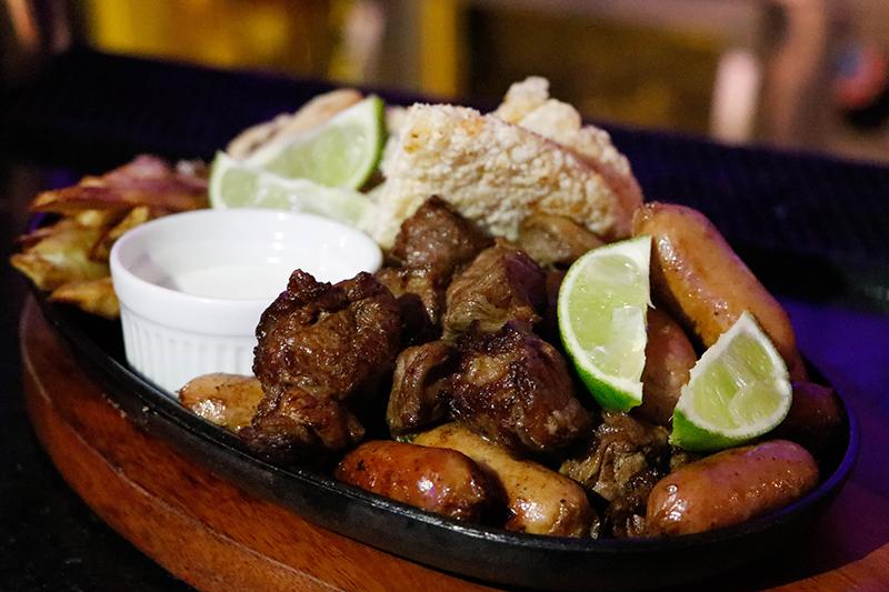 Las picadas son una de las principales opciones gastronómicas de la Roof Top del Aloft. Una de ellas incluye mbeju cuatro quesos.