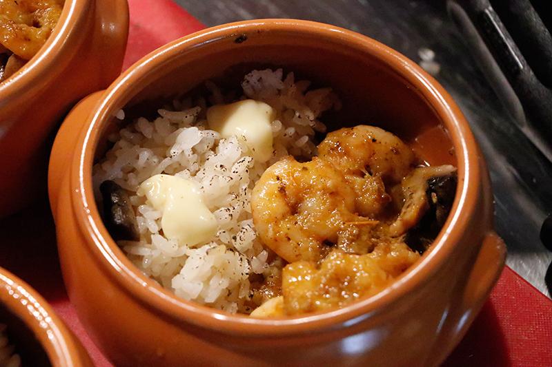 Esta cazuela cusqueña servida durante un evento resume muy bien la cocina del lugar. Mezcla de productos del lugar con otros típicos de la cocina peruana y con un estilo de cocina nikkei.