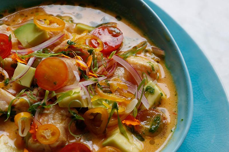 Esta es la versión del ceviche cremoso de salmón by Julián Endara, que lleva queso crema y sésamo. Un exponente del raw bar que ofrece El Hormiguero.