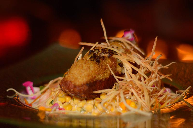 Uno de los platos especiales. Salmón en costra de quinoa en espejo de aguachiles de camarones y ensaladilla de maíz, tomate y pepinos.