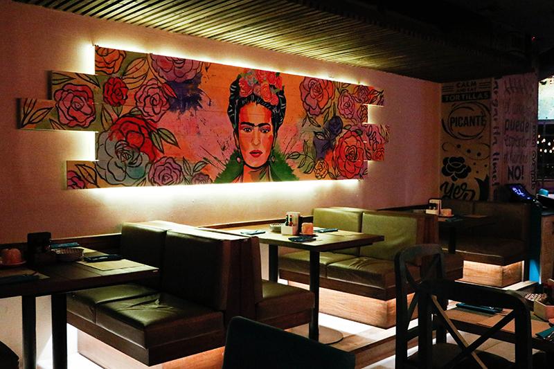 Esta imagen de Frida Khalo, la pintora mexicana, se extiende en uno de los laterales del salón y justifica el nombre que dieron al restaurante.