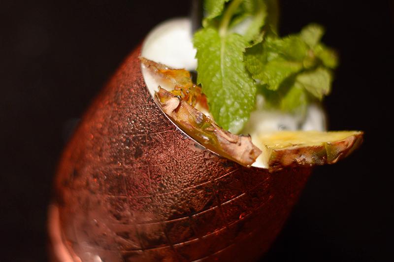Otro de los tragos estrella. El Mexican Mule: Tequila Patrón, mexcal, limón, ginger beer, hierba buena y jengibre caramelizado. Todos los cócteles se presentan en vasijas y recipientes especiales.