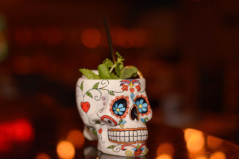 Este es uno de los tragos preferidos de la casa: Catrina, elaborado a base de Tequila Patrón , jugo de naranja, maracuya, almíbar, jengibre y hierba buena. Servido en este recipiente muy especial al estilo mexicano.