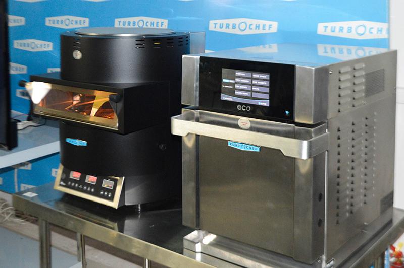Los dos nuevos modelos de hornos rápidos TurboChef que desde el próximo mes pondrá a la venta NGO. A la derecha, el modelo Eco y a la izquierda Fire.