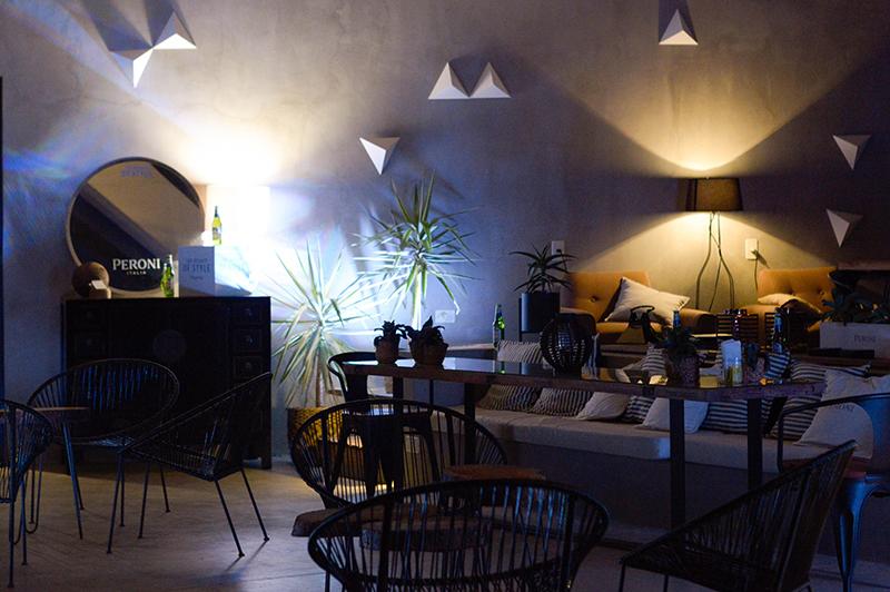 Así luce el único ambiente bajo techo del restaurante. El lugar es un mirador del hotel pero se acomoda para recibir a los comensales.