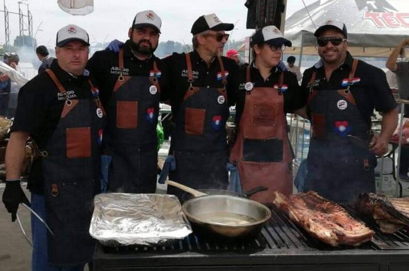 El equipo paraguayo que ganó la competencia de mejor asado. Aparecen Reinaldo Ozuna, Eduardo Franco, Peta Ruger, Sindy Crimi y Negro Riveros.