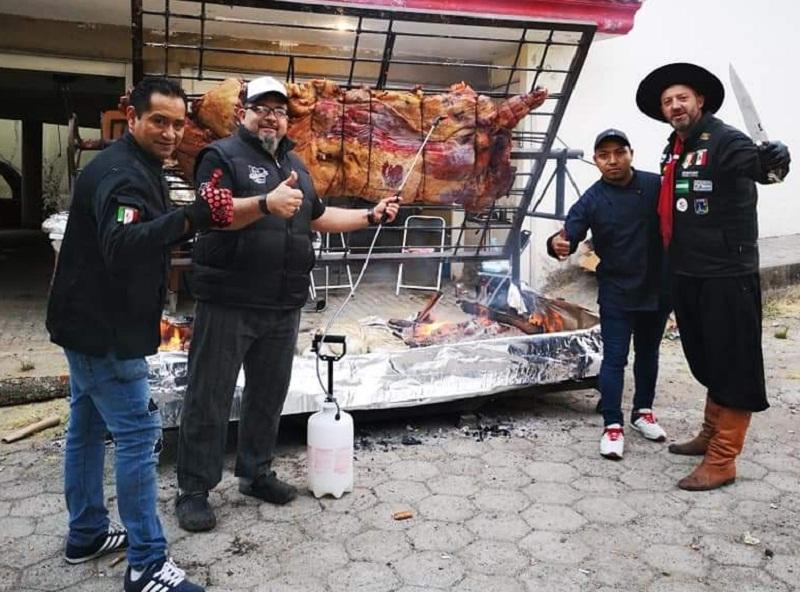 Leyzman Salim, centro, exhibe la media res asada junto a colegas parrilleros de otros países. Fue la sensación del Asado Latin Fest realizado en Puebla, México.