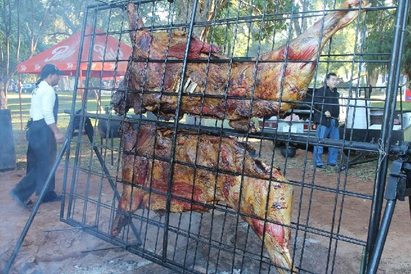 Este fue el primer novillo entero cocinado por Leyzman en el 2013 durante un evento denominado Asunción a la parrilla.