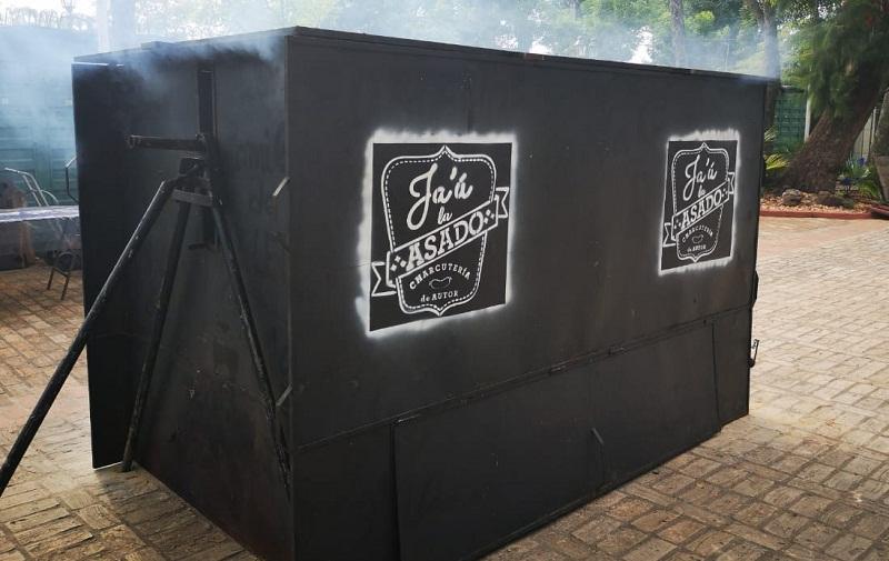 Esta es la caja que utilizan para asar el novillo entero en los lugares donde no se pueden cavar pozos. El fuego está sobre una plataforma de metal y las pararedes de metal se colocan para concentrar el calor. Adentro el novillo se cuece lentamente.