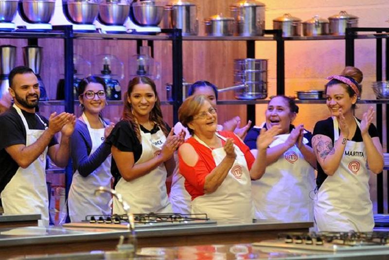 Ruth González, de rojo, en medio de sus compañeros. En el primer programa ya tuvo que abandonar el MasterChef Paraguay.