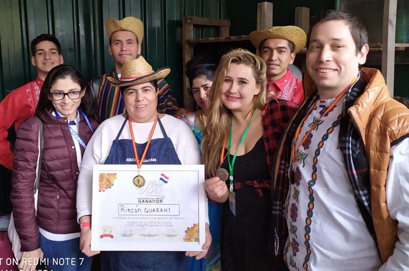 La ganadora de la Fiesta del Vori Vori realizada en Barcelona recibe su premio en nombre del restaurante Rincón Guaraní.