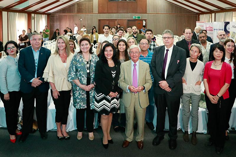 Rafael Ansón, en el medio, junto a la ministra de SENATUR, junto a los asistentes a la conferencia que se realizó ayer en el Centro Paraguayo Japonés.