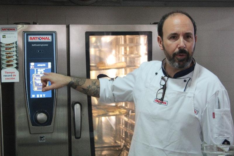Ezequiel Pardo Argerich, chef argentino mostrando las bondades del horno inteligente Rational.