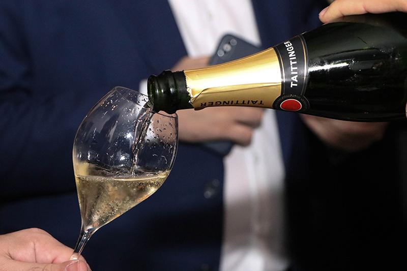 Taittinger, una de las marcas más conocidas de champagne en el mundo. Representada aquí hace décadas por Monalisa.