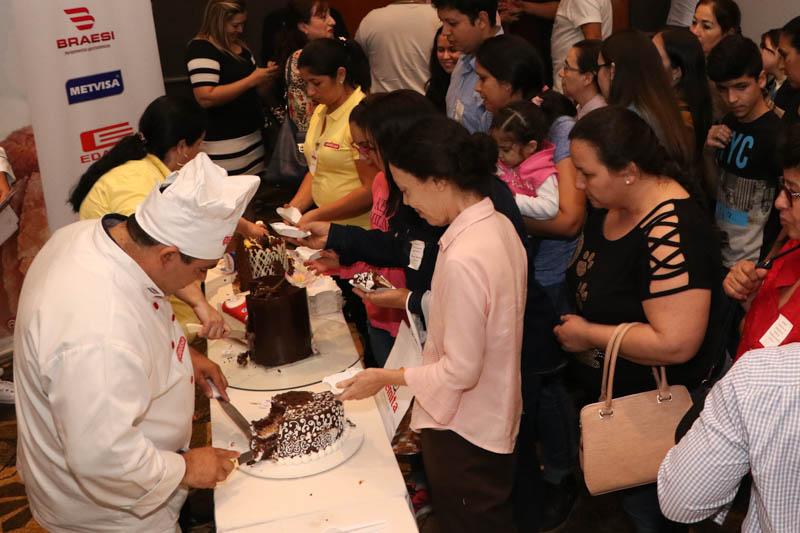 El numeroso público asistente pudo degustar al final las tortas que se presentaron en el concurso. Aquí formando colas para probar las ganadoras.