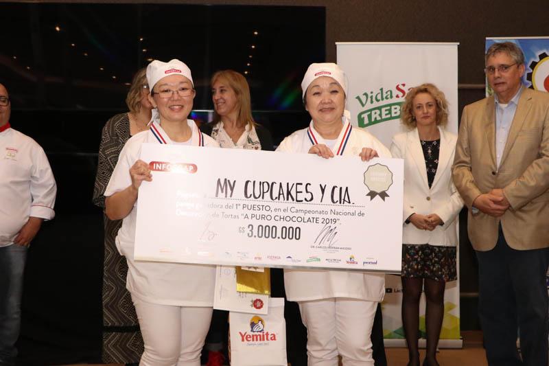 Carmiña Miyata y María de Miyata, las ganadoras en la categoría aficionados. Vinieron de la ciudad de Pedro Juan Caballero.