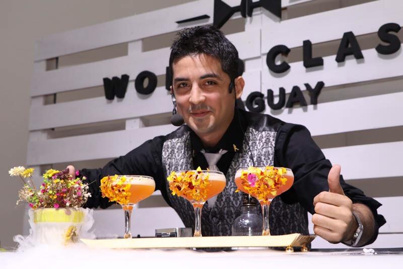 Erwin Ortíz (Barra Móvil) recibió un reconocimiento por preparar el mejor Highball.