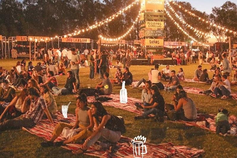 Este es el ambiente que se vive durante la feria TATA, una feria gastronómica donde además de comida habrán grupos musicales. Foto FB TATA