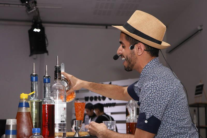 Josmar Figueras cantando, mientras va sirviendo los tragos que preparaba. Sorprendió con una admirable versión de Georgia on my mind.