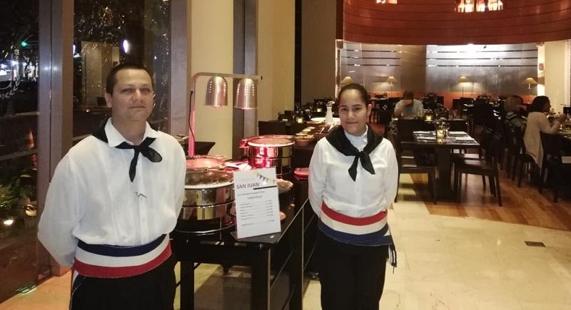 Los mozos del Sheraton Restaurante estuvieron ataviados con vestimentas típicas para adherirse a la tradicional celebración de San Juan.