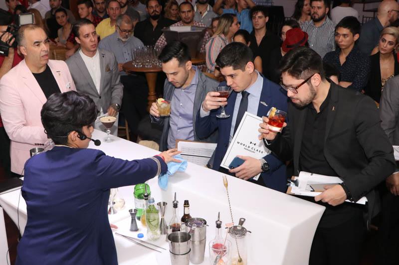Miembros del jurado degustando los tragos preparados por Nataly Peralta. Atrás se puede apreciar al público presente que también tuvo oportunidad de probar los tragos.