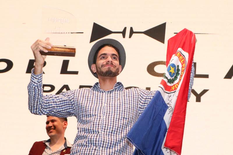 Josmar Figueras, el mejor bartender de Paraguay 2019. Atrás se lo ve a Ever Portillo, el mejor del 2018.