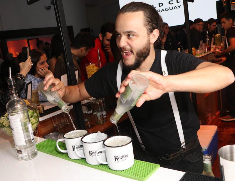 Después de la competencia todo fue una fiesta. Aquí uno de los bartenders atendiendo los pedios de los asistentes.
