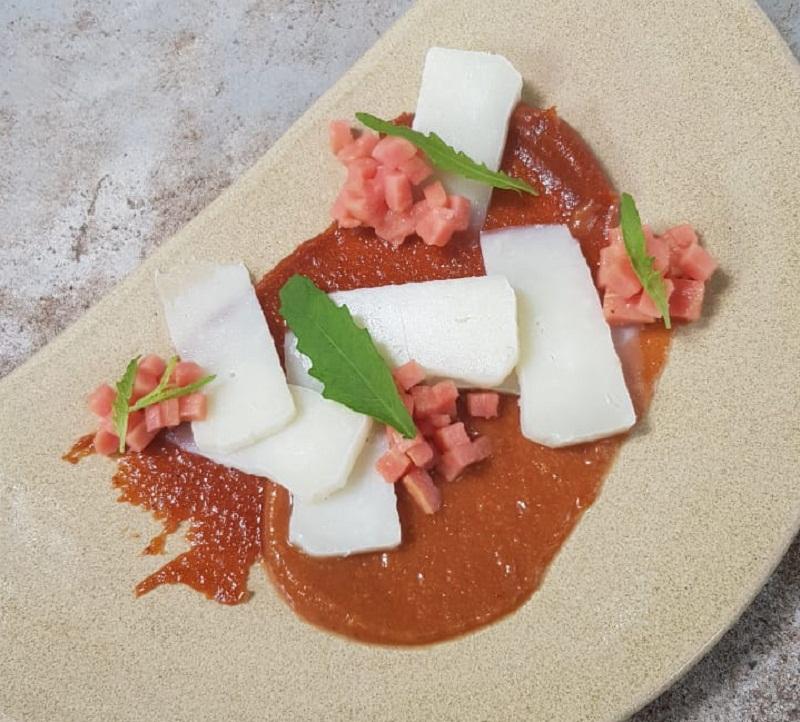 Un postre de guayaba, en dos colores. Uno del dulce de guayaba y el otro de puré de guayaba fresca. Va con queso de cabra madurado. Uno de los modernos platos de Pakurí. Atiende de lunes a viernes para el almuerzo y la cena. Y los sábados solo para la cena.